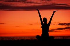 Méditation de coucher du soleil. Photos stock