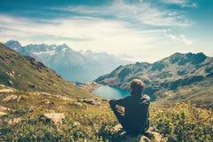 Méditation de détente d'homme de voyageur avec la vue sereine Photographie stock