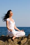 Méditation de femme dans la plage Photographie stock libre de droits