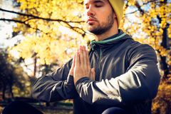 Méditation de jeune homme en nature Yeux fermés images stock
