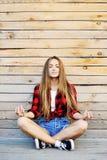 Méditation de pratique de jeune femme extérieure Photo libre de droits
