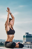 Méditation de yoga de ciel de ville photographie stock