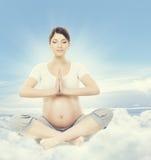 Méditation de yoga de femme enceinte La santé de grossesse détend l'exercice images stock