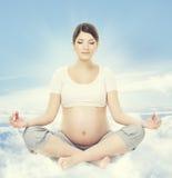 Méditation de yoga de femme enceinte La santé de grossesse détend l'exercice Photo libre de droits