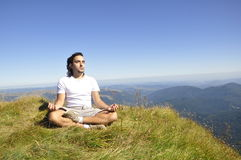 Méditation de zen sur la montagne Photo stock