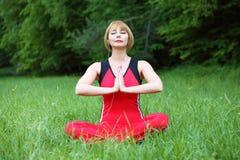 Méditation extérieure de jeune femme Photo stock