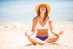 méditation Femme de yoga méditant à la plage sereine Fille détendant dans la pose de lotus dans le moment calme de zen dans l'eau photo libre de droits