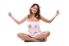 Méditation. Jeune femme avec l'orchidée dans le cheveu. photographie stock libre de droits