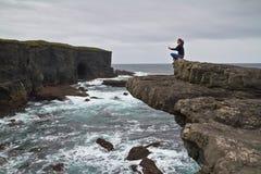Méditation sur la falaise Photos libres de droits