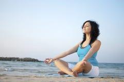 Méditation sur la plage photographie stock libre de droits