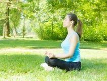 Méditer de femmes de yoga extérieur photos libres de droits