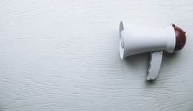 Mégaphone sur le fond en bois blanc Concept d'attention image stock