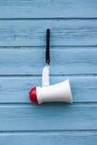Mégaphone sur un fond en bois bleu Images libres de droits