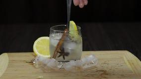 Mélange avec un cocktail de citron de cuillère Boisson alcoolique régénératrice de cocktail banque de vidéos