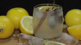 Mélange avec un cocktail de citron de cuillère Boisson alcoolique régénératrice de cocktail clips vidéos