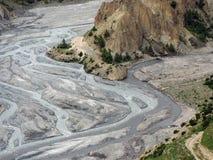 Mélange coloré différent de deux rivières dans un delta Image stock