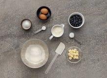 Mélange d'ingrédient de petit pain de myrtille, sur une surface de travail en pierre images stock