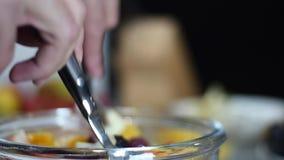 Mélange d'une salade de fruits dans le bol en verre banque de vidéos