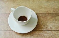 Mélange de attente de poudre de café par l'eau chaude sur le verre photographie stock libre de droits