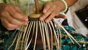 mélange de base de Bambou-bande avec le crin dans des laques birmans traditionnels faits main le YUN-De est laque clips vidéos
