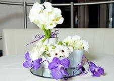 Mélange de bouquet de fleurs pourpre et blanc sur la table Photographie stock libre de droits