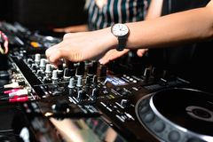 Mélange de contrôle audio du DJ de partie femelle de tir de jeune fille Mains de mélange saines de haute qualité de jockey de dis image stock