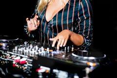 Mélange de contrôle audio du DJ de partie femelle de tir de jeune fille Mains de mélange saines de haute qualité de jockey de dis images stock