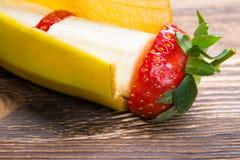 Mélange de deux saveurs de banane et de fraises sur un fond en bois photo stock