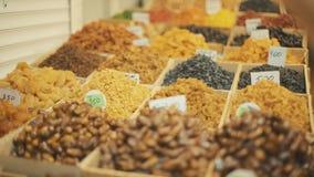 Mélange de différents fruits secs sur le marché oriental banque de vidéos