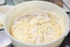 Mélange de gâteau dans la grande cuvette Photo stock