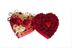 Mélange de jour du ` s de Valentine des chocolats sous forme de coeurs dans la boîte en forme de coeur sur le fond blanc Image libre de droits