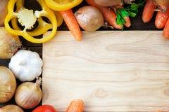 Mélange de légumes frais et planche à découper en bois Images libres de droits