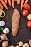 Mélange de légumes sur la table avec du pain Images stock