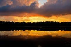 Mélange de nuages de tempête avec le coucher du soleil coloré photos libres de droits