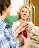Mélange de offre des employés de maison de retraite au patient de sourire Photographie stock libre de droits