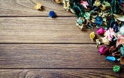 Mélange de pot-pourri d'Aromatherapy des fleurs aromatiques sèches sur b en bois Images stock