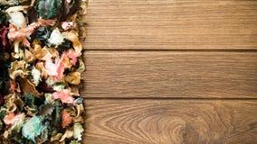Mélange de pot-pourri d'Aromatherapy des fleurs aromatiques sèches sur b en bois Image stock