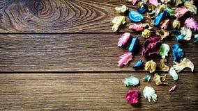 Mélange de pot-pourri d'Aromatherapy des fleurs aromatiques sèches sur b en bois Photo libre de droits