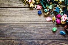 Mélange de pot-pourri d'Aromatherapy des fleurs aromatiques sèches sur le fond en bois Image libre de droits