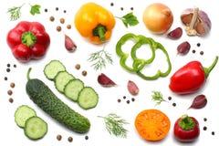 mélange de tranche de tomate, de feuille de basilic, d'ail, de paprika doux et d'épices d'isolement sur le fond blanc Vue supérie Image stock