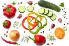 mélange de tranche de tomate, de feuille de basilic, d'ail, de paprika doux et d'épices d'isolement sur le fond blanc Vue supérie Photographie stock