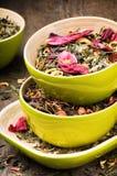 Mélange de vert sec et de thé de fleur Photographie stock