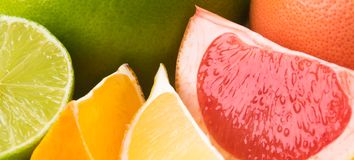 Mélange des agrumes coupés en tranches avec des tranches, fond régénérateur lumineux d'été photos stock