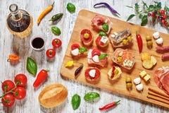 Mélange des apéritifs/des casse-croûte/des tapas sur une table en bois Photo libre de droits
