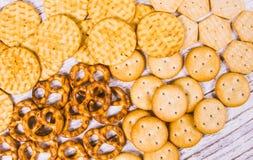Mélange des casse-croûte : bretzels, biscuits, biscuits Photo stock