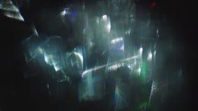 Mélange des flashes abstraits de la lumière multicolore tordue sur un fond foncé clips vidéos