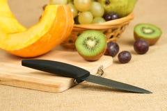 Mélange des fruits avec la planche à découper et le couteau Photos stock