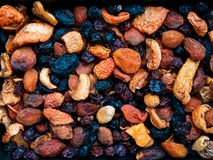 Mélange des fruits et des écrous secs, pruneaux, abricots secs, pommes, raisins secs, fond images stock