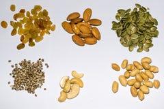 Mélange des graines sur un fond blanc Photographie stock libre de droits