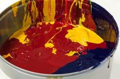 Mélange des peintures ou des encres colorées dans une boîte Photographie stock libre de droits